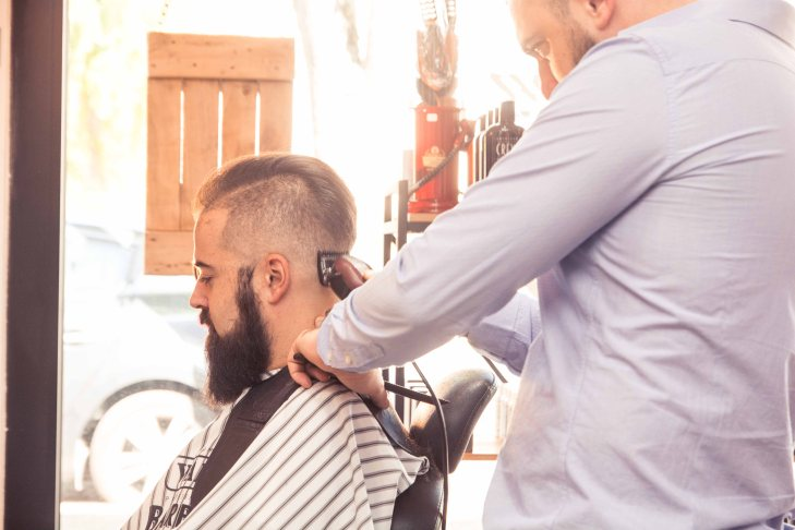 coiffeur-taille-barbe-rasoire-cliente-photographe-corporate-objectifphotofr-herblay-paris-start-up-ouiglam